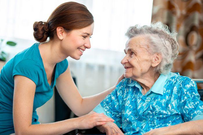 trabalho em casa como cuidador de idosos